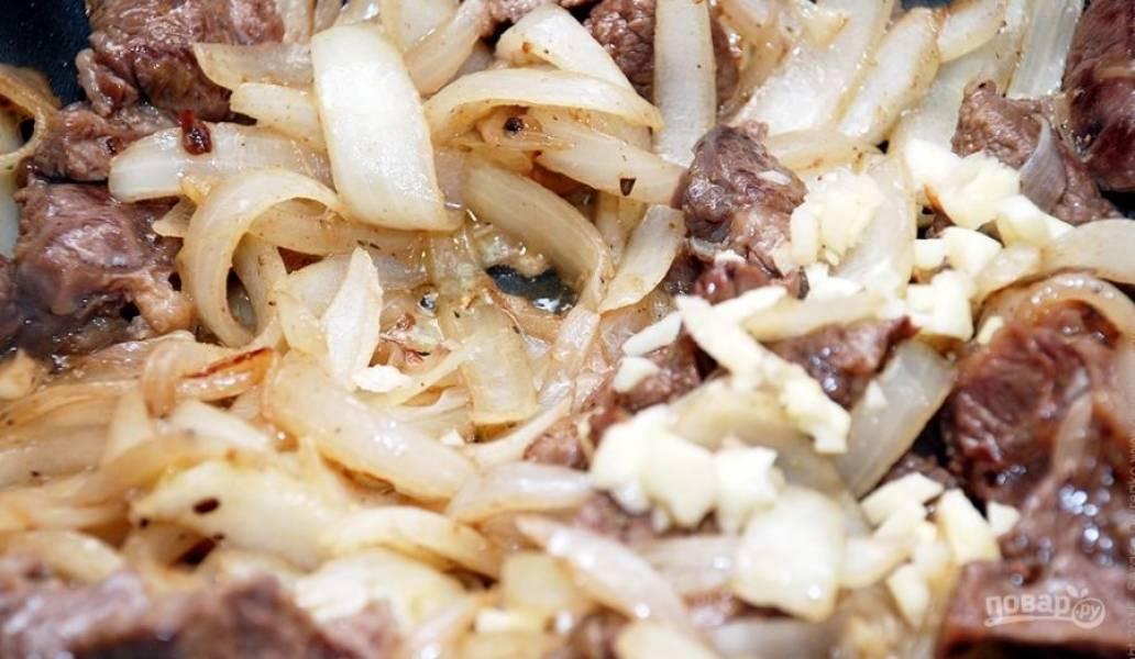 Лук очистите от шелухи и вымойте. Нарежьте его дольками или полукольцами. Выложите лук к мясу и обжаривайте его около пяти минут. Затем накройте все крышкой и дайте потушиться около часа в собственном соку на медленном огне.