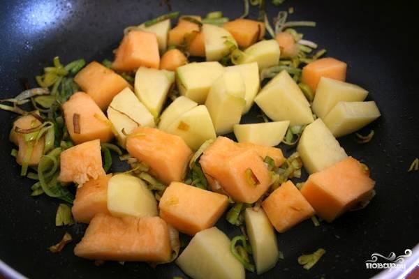 Добавить картошку и тыкву, обжарить с луком.