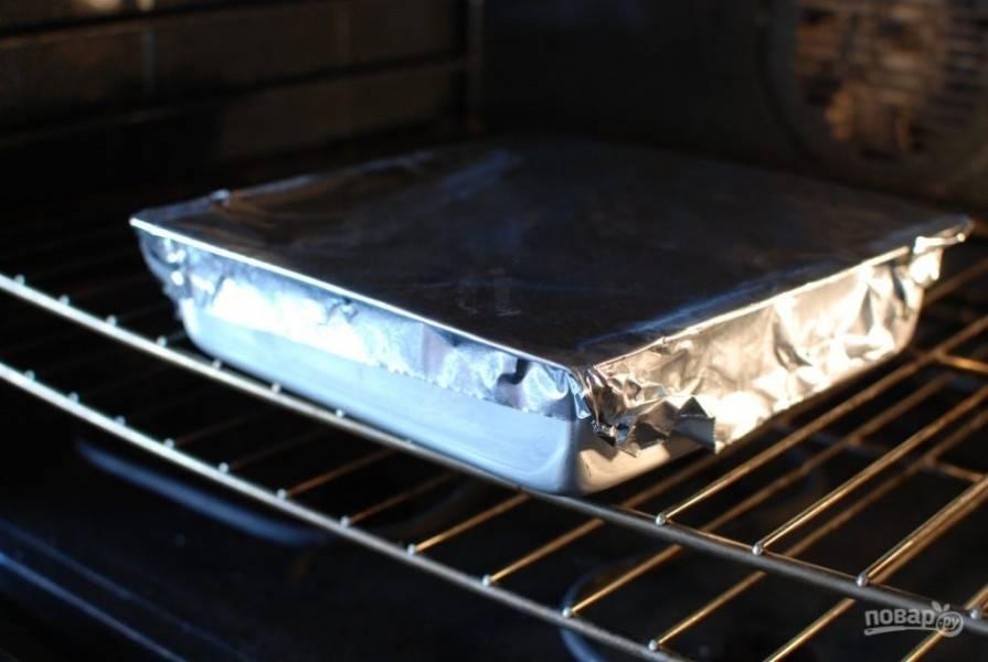 12.Накройте форму фольгой и отправьте в разогретый до 230 градусов духовой шкаф на 20 минут.
