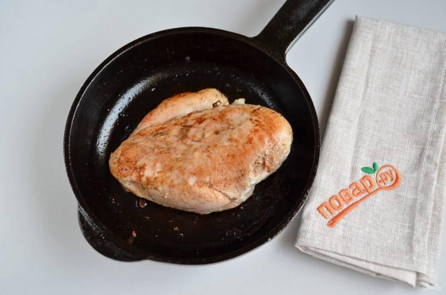 6. Жареное куриное филе переложите в тару с плотной крышкой и оставьте на 5-10 минут.