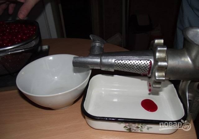 3. Обберите ягоды. Дальше нужно выжать сок. Используйте любую технику, которая есть в вас под рукой. Если ничего нет, сложите ягоды в марлю и растолките. После выжмите марлю, чтобы отделить жмых от сока.