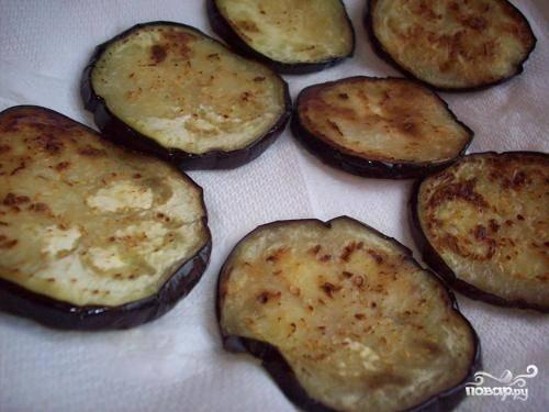 Теперь дело за баклажанами — лучше всего запечь их на гриле, но можно и на обычной сковороде в минимальном количестве жира. Жарим с обеих сторон.