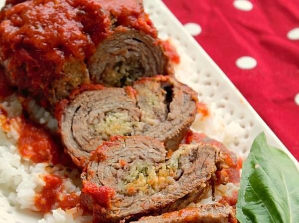 Мясо запекайте под крышкой полчаса, затем крышку откройте и запекайте еще полчаса. Затем крышку закройте и потомите еще полчаса. Приятного аппетита!