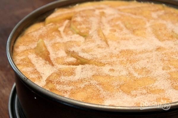 5. После можно верх пирога снова присыпать корицей с сахаром. Отправьте форму в разогретую до 180 градусов духовку и выпекайте пирог около 80 минут.