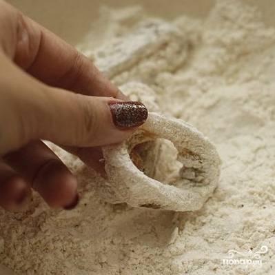 5. Обваляйте кольцо в смеси из крахмала и порошков лука и чеснока.