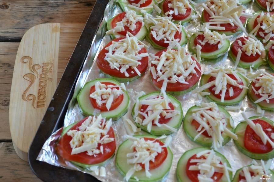 4.Сверху положите тертый твердый сыр. Отправьте противень в разогретую до 180 градусов духовку на 20 минут.