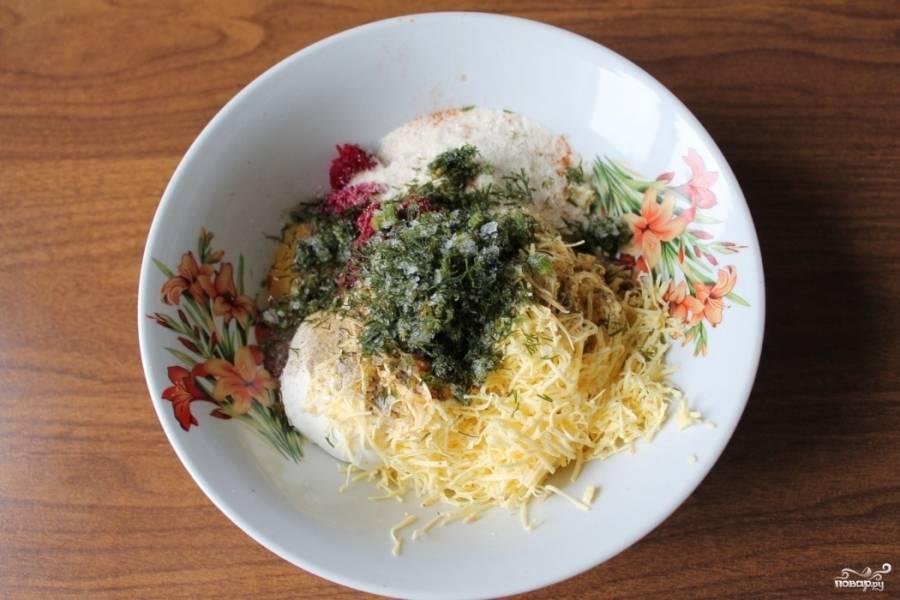 Замесите фарш, добавьте специи и зелень по вкусу (зелень мелко порубите).