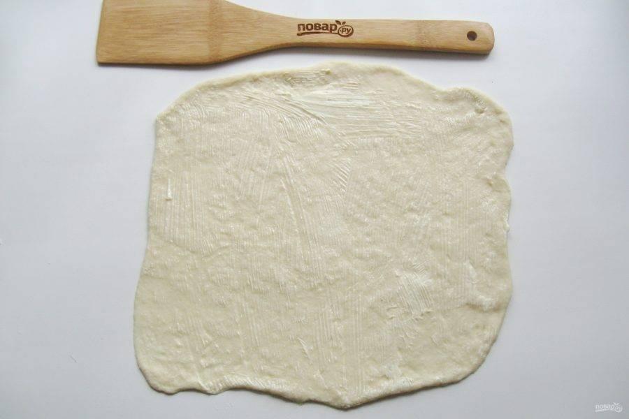 Пласт смажьте мягким сливочным маслом.