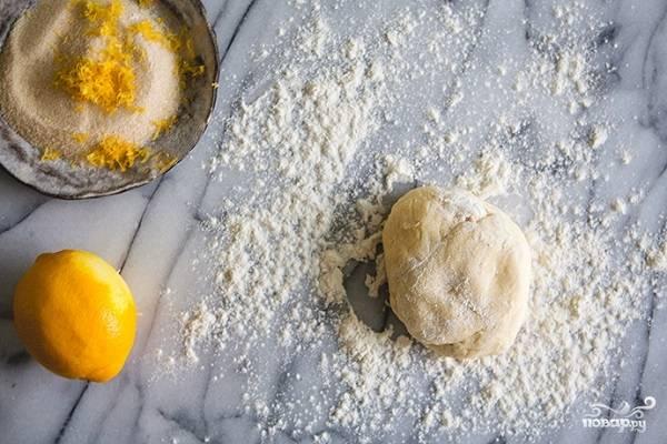 1. Для теста размягченное сливочное масло соедините с творогом и как следует перемешайте до однородности. После небольшими порциями подсыпайте просеянную с разрыхлителем муку. Замесите не очень плотное тесто, скатайте в шарик и уберите в холодильник минимум на 1 час (можно на ночь). Параллельно можно подготовить сахар, в который для аромата добавьте цедру лимона или апельсина.