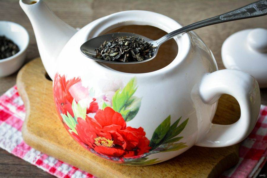 В заварник насыпьте зеленый чай. Чай должен быть хорошего качества, натуральный.