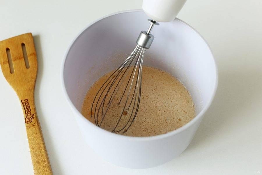 Взбейте яйца с сахаром.