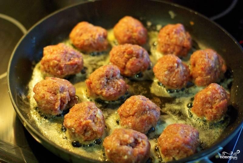 В сковородке растапливаем примерно 5 ложек сливочного масла и обжариваем в нем сформированные руками небольшие фрикадельки. Обжариваем их с двух сторон.