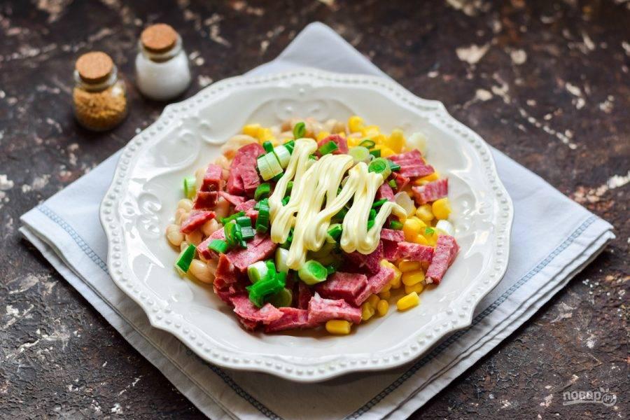 Заправьте салат майонезом, посолите и поперчите по вкусу. Перемешайте все и подавайте салат к столу.