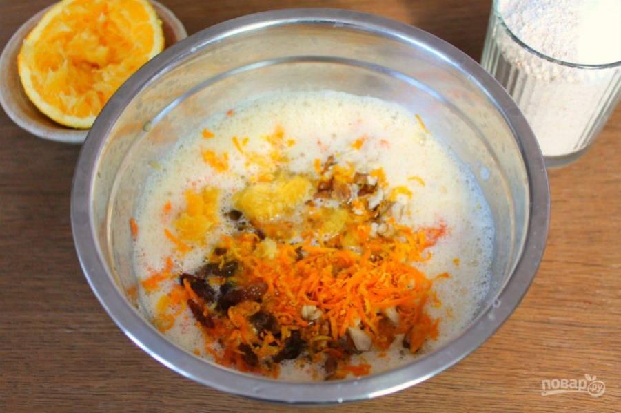 Добавляем цедру апельсина и сок с мякотью из половины апельсина.