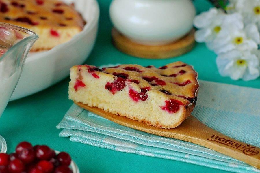 Пирог нежный и очень вкусный! Ягода с кислинкой отлично оттеняет сладкий и воздушный бисквит. Приятного аппетита!
