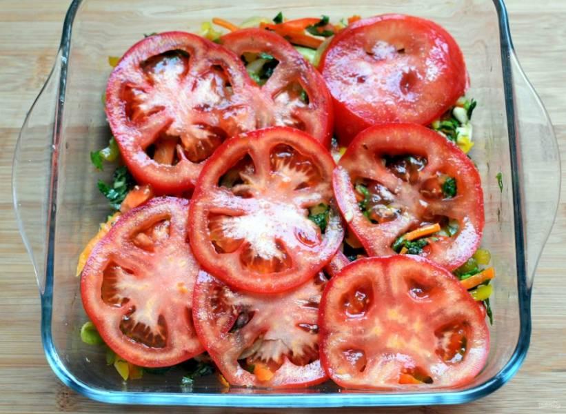 Покройте слоем нарезанных тоненькими ломтиками помидоров. Повторяйте слои несколько раз.