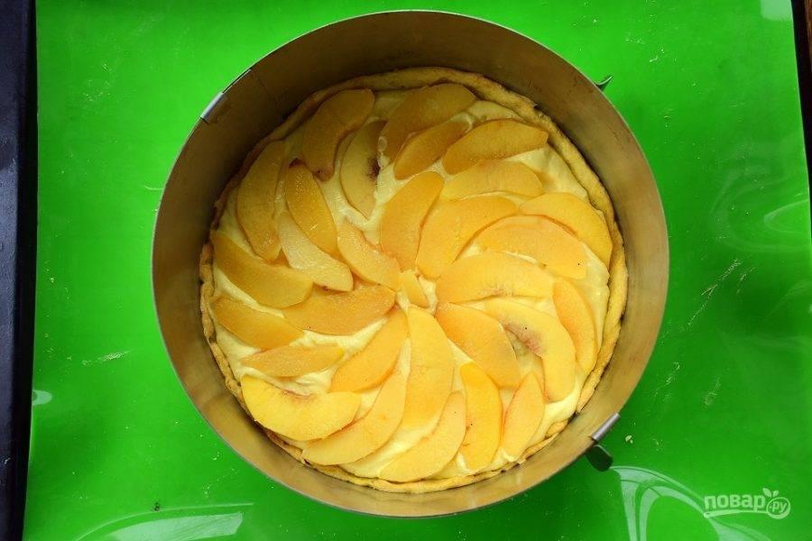 Для крема соедините рикотту, сливки, сахар (100 г), яйца, цедру. Взбейте до однородной массы. Крем распределите по запеченному коржу, сверху выложите ломтики айвы и поставьте тарт в духовку запекаться на 40 минут при 200 °С.