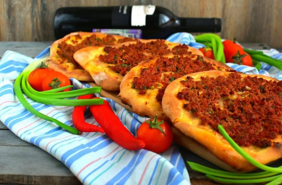 Подавайте лагмаджо сразу же, горячими. Сопроводите лепешки свежей зеленью, овощами, молодым сыром и красным вином!