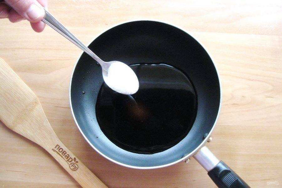 В сковороду налейте соевый соус и добавьте сахар.