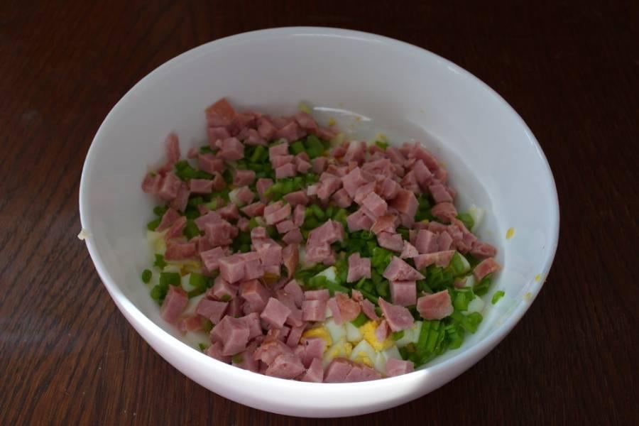 Варено-копченую колбасу нарезать мелким кубиком. У меня сервелат. Подойдет любая плотная однородная колбаса и даже ветчина.
