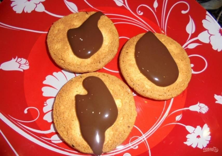10. Половину печенья смазываю вареным сгущенным молоком.