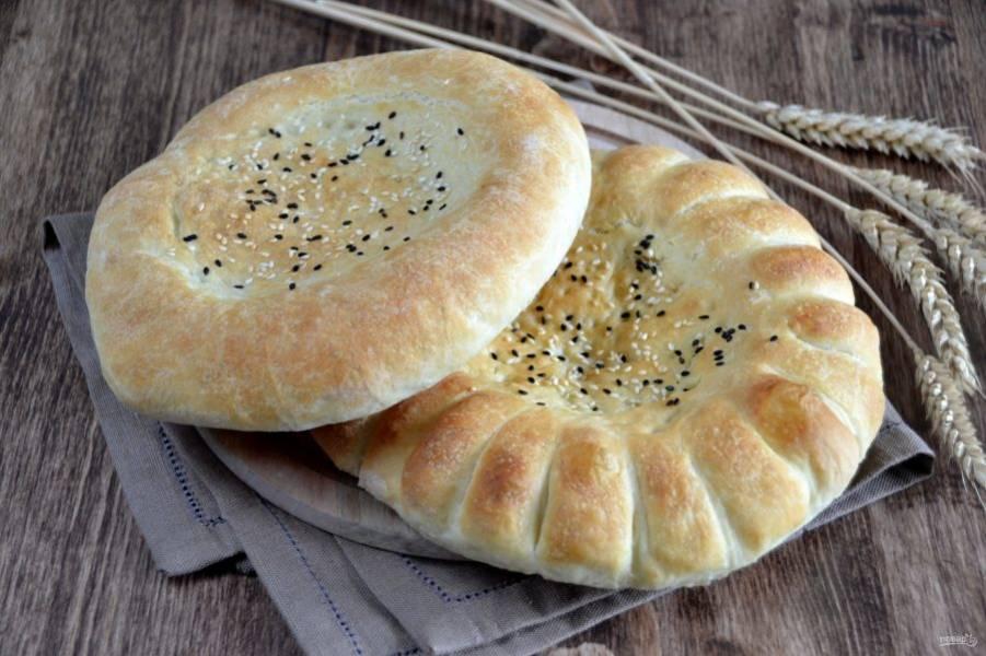 Какие же вкусные получились лепешки! Просто разламываем их руками и наслаждаемся ароматом и вкусом свежевыпеченного хлеба.