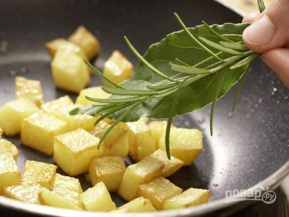 Картофель натрите слегка помятой (чтоб раскрылся аромат) веточкой розмарина и лавровым листом. Жарьте его после этого ещё 5 минут.