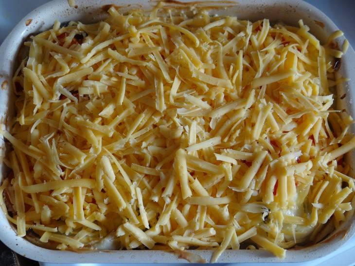 Готовим все в духовке при температуре 200 градусов 15 минут. За минут 5-6 до окончания приготовления посыпаем блюдо тертым сыром. Как только сыр растопится, выбираем из духовки. Подаем к столу. Приятного аппетита!