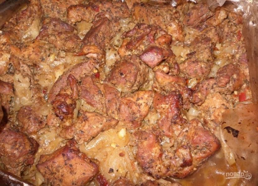 10.Готовое мясо достаю из духовки и аккуратно разрезаю рукав, отправляю еще на 5-7 минут в духовку.
