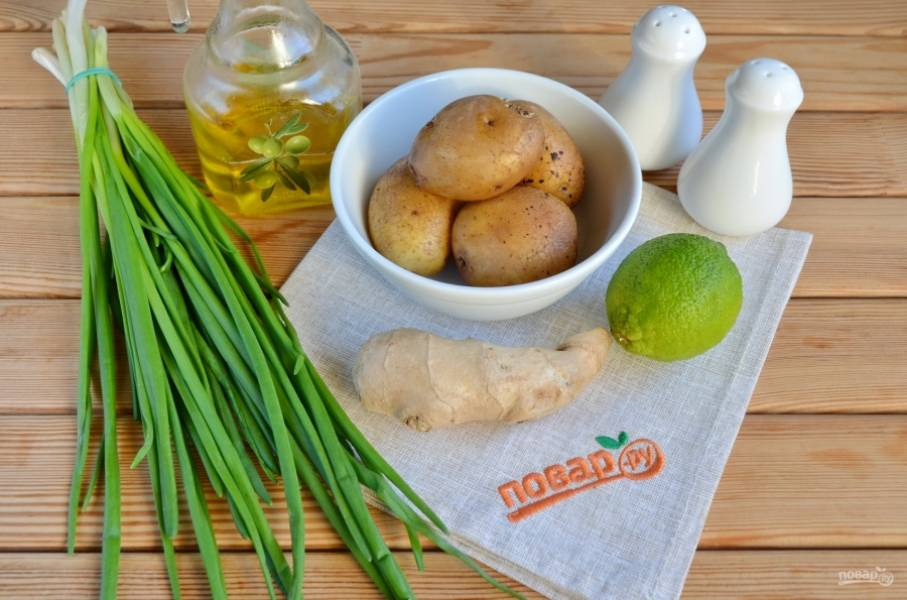 Подготовьте необходимые продукты для салата. Лук и лайм вымойте, картофель очистите.