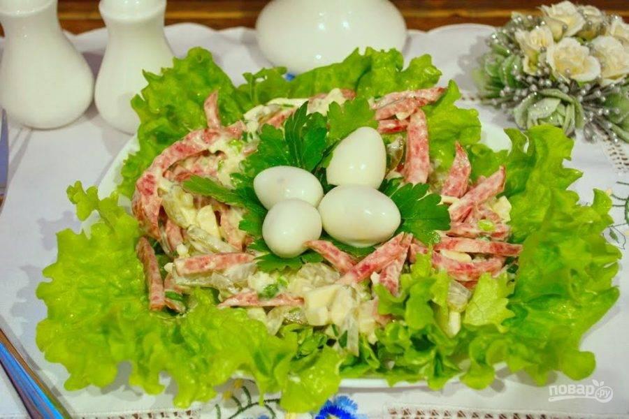 6.  На петрушку выложите очищенные перепелиные яйца. Подайте салат к столу.