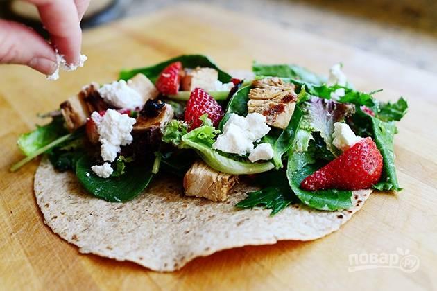 8. Поместите мясную смесь и листья салата в лаваш.