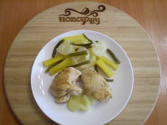 7. Раскладываем по тарелочкам и подаем к столу. Детям можно предложить к курице с овощами сметану, а взрослым сальсу. Приятного!