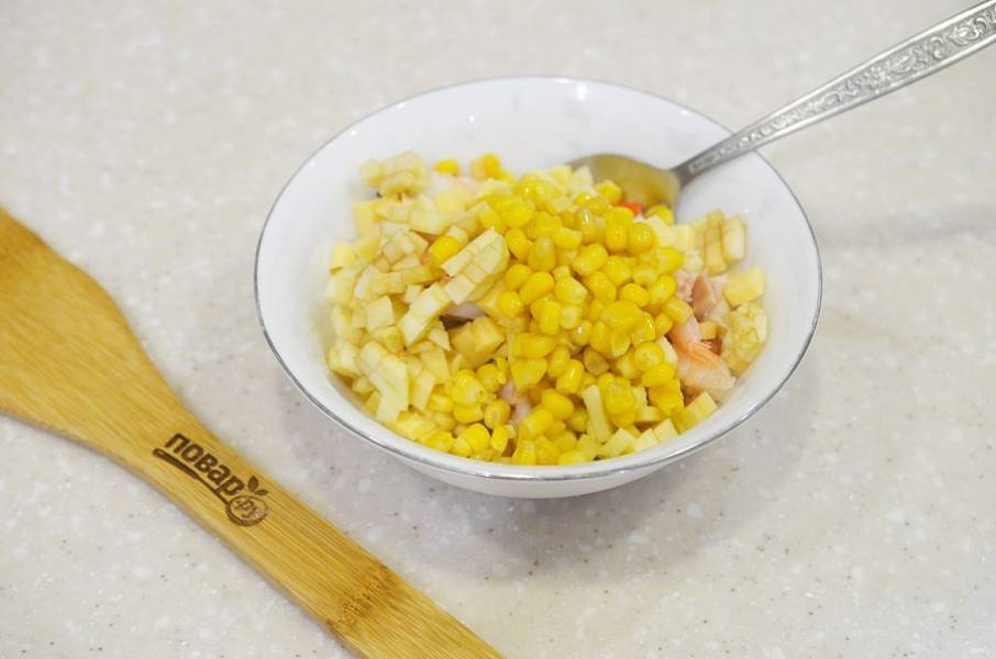 4. Соедините нарезанные ингредиенты в одной миске, добавьте кукурузу.