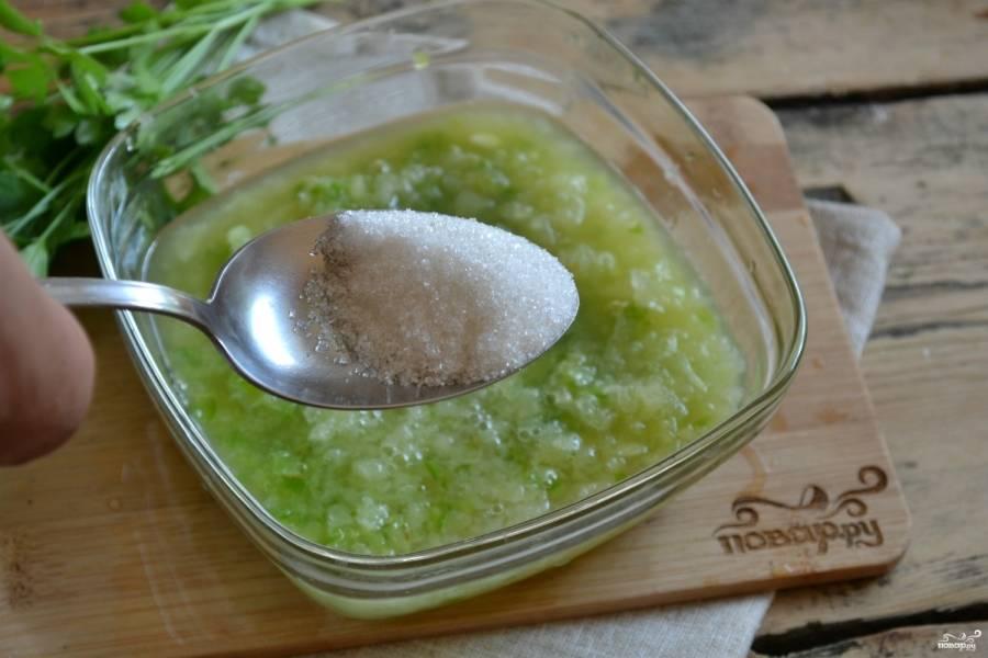 Добавьте сахар и соль, хорошенько размешайте. Оставьте на 1 час, чтобы аджика набралась остроты.