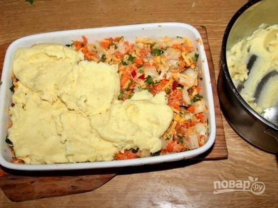 """А теперь делаем """"шубу"""". Укрываем рыбу с овощами картофельным пюре."""