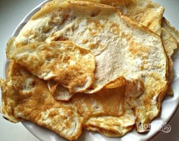8.Яйца разбиваю в отдельную миску, солю по вкусу и выливаю на раскаленную сковороду, готовлю 2 тонких блинчика.