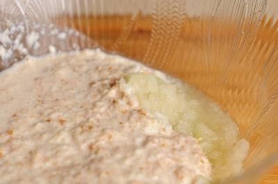 Выжимаем хлеб, пропускаем через мясорубку.