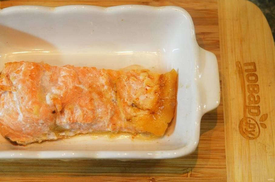 2. Выложите в форму, полейте 2 ложками лимонного сока, посолите, поперчите. Запекайте при 180 градусах около 15 минут.