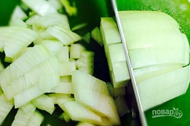 3.Тем временем очистите и нарубите небольшими кусочками луковицу.