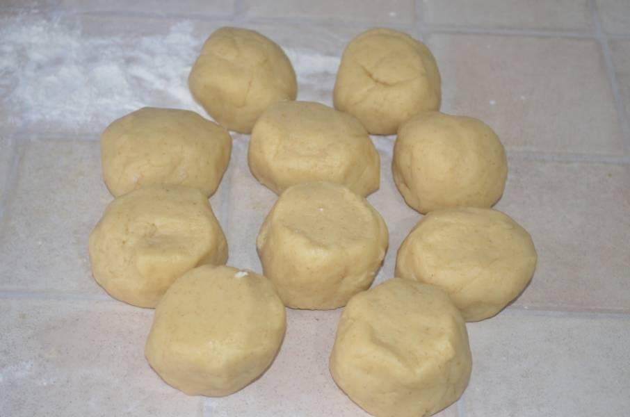 4. Добавить размягченное сливочное масло, муку и замесить крутое тесто, которое можно поставить в холодильник, чтобы лучше лепилось, и разделить на 10 одинаковых частей.