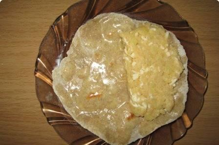 Обжаренные лепешки смазываем сливочным маслом со всех сторон, на одну половину лепешки кладем начинку.
