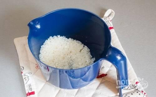 6. Рис промойте несколько раз под проточной водой.