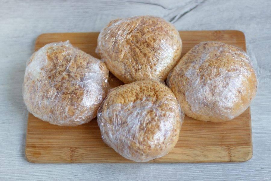 Каждую булочку плотно заверните в пищевую пленку или фольгу.