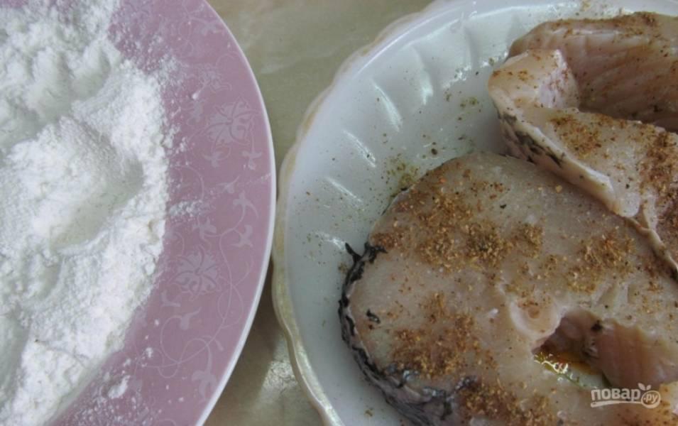 2.Стейки мою и вытираю салфеткой, натираю их солью и хмели-сунели.