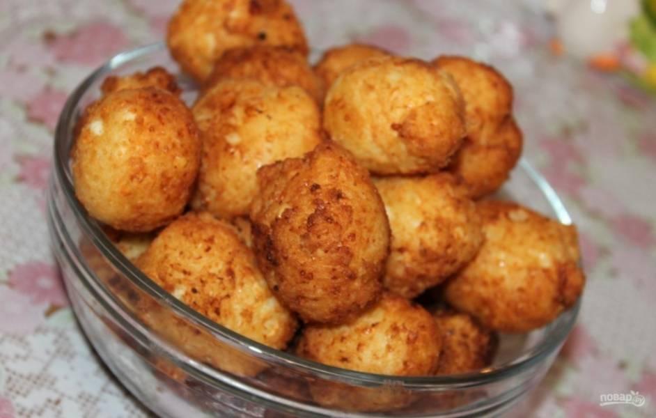 10.Готовые пончики перекладываю на тарелку и подаю к столу горячими или остывшими, присыпав сахарной пудрой. Приятного аппетита!