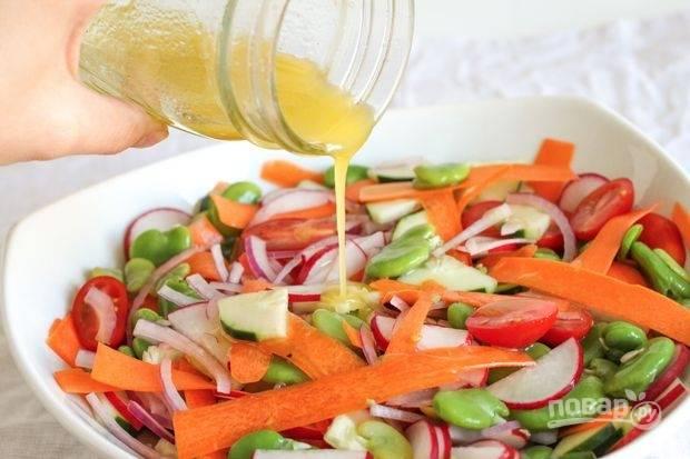 5.Заправляю салат приготовленной заправкой, оставляю его на пару минут, так все овощи пропитаются заправкой, но останутся хрустящими.