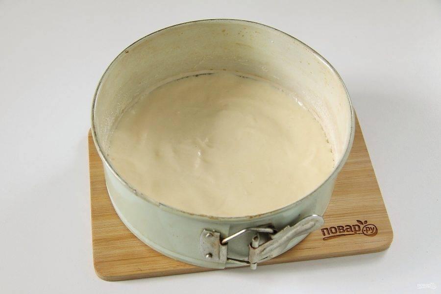 Форму для выпечки смажьте маслом и присыпьте дно и бока мукой или маслом. Вылейте примерно 2/3 теста.