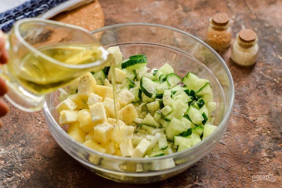 Заправьте салат маслом и лимонным соком. Добавьте соль и перец по своему вкусу.