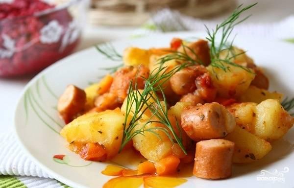 Картошка с сосиской на сковороде